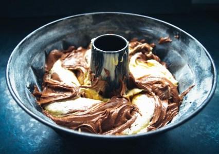 Omas saftiger Marmorkuchen - Teig in einer Gugelhupf Form