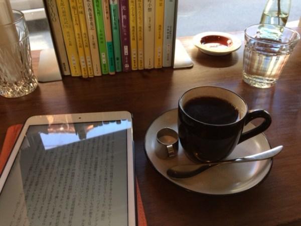 本を読みながらコーヒー