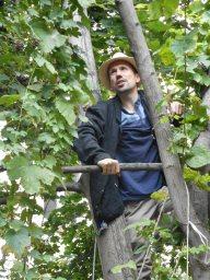 Hier seht ihr Marius bei der Hopfenernte