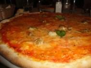 Geliebte Pizza Napoliana mit Kapern, Sardellen und viiiel Mozzarella