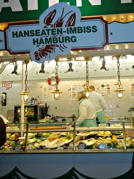 Fischbrötchen in allen Sorten! Hamburg ist das Paradies der Majtes, Lachshappen und Shrimp-Brötchen.