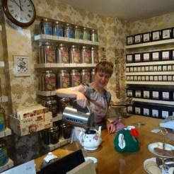 Die Besitzerin servierte und köstlichste Tees