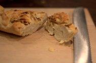 Das Zwiebelbaguette ist würzig und passt gut zu Butter und Käse