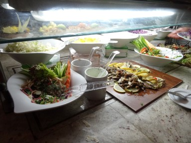 ...und andere Vorspeisen gab es an der Salatbar