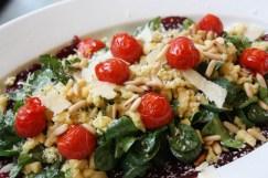 Die Vorspeise: Rote Beete-Carpaccio mit Kräuterspätzle und Feldsalat