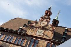 Das Rathaus von Tübingen im Hintergrund
