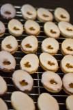 Die Kekse gut trocknen lassen, damit nichts verrutscht