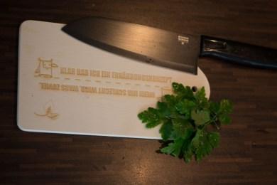 """Auch das Holzbrett ist personalisiert: """"Klar hab ich ein Ernährungskonzept. Wenn mir schlecht wird, wars zuviel"""". Höhö, ich finds witzig."""
