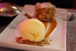 Warmes Apfelküchlein mit Eis.