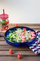 Sommersalat mit Erdbeeren Hähnchen und Avocado 2