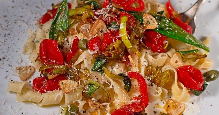Fusilli mit Bärlauch, Tomaten und Paprika