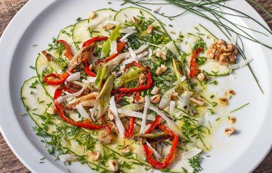 Zucchini-Carpaccio mit wildem Schnittlauch