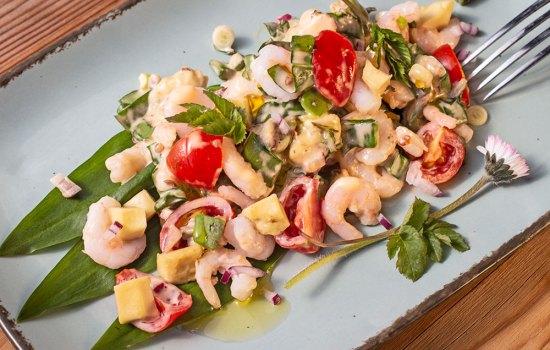 Avocado-Salat mit Wildkräutern
