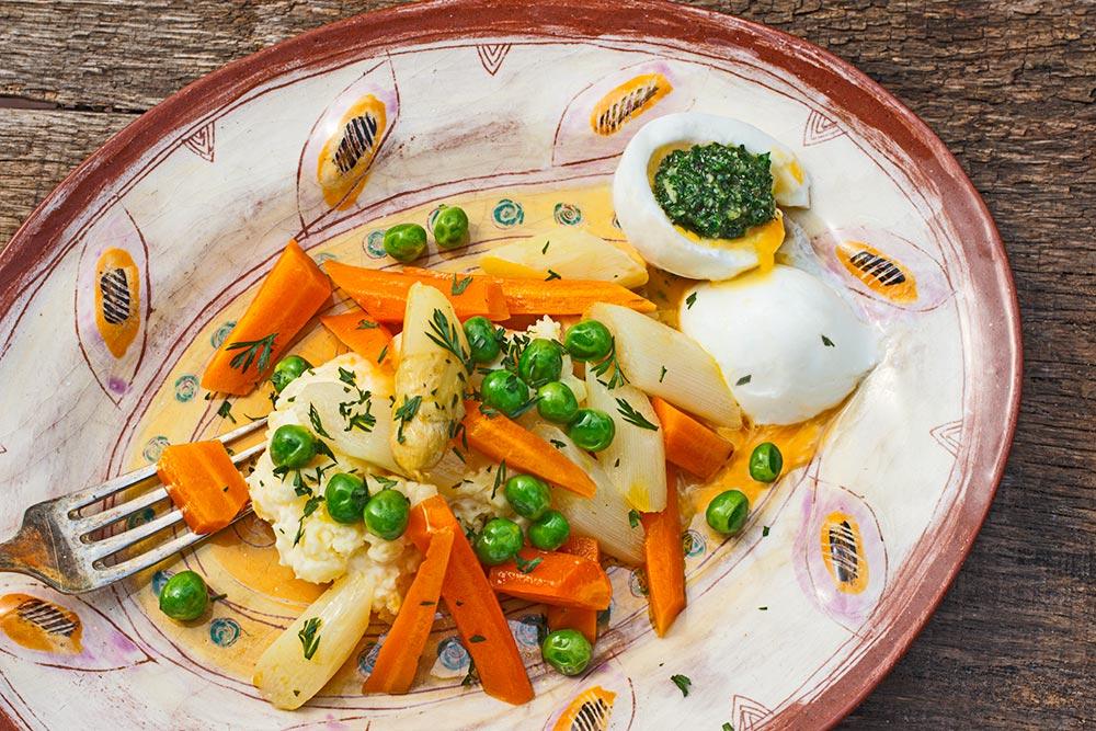 Stampfkartoffeln mit Frühlingsgemüse und Karottengrün-Pesto