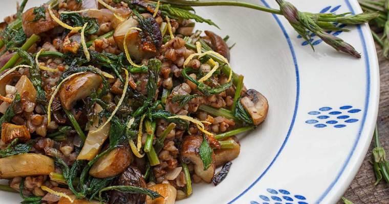 Buchweizenrisotto mit Hopfentrieben und Pilzen