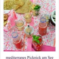 mediterranes Picknicken mit Freunden bei schlechtem Wetter
