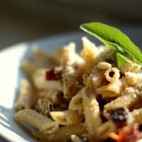 Ich habe mir das Vapiano nachhause geholt oder scharfe Salbei-Nudeln mit getrockneten Tomaten und Feta