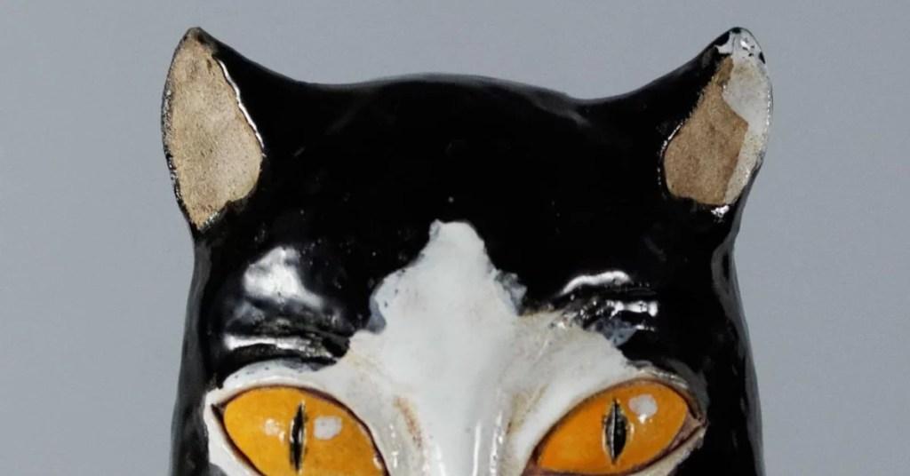 Fragment głowy ceramicznego kota lampionu