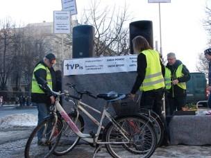 Jerzy Stromski, Andrzej Molenda oraz Marek Wawrzyniak montują specjalnie przygotowany na wydarzenie podest.