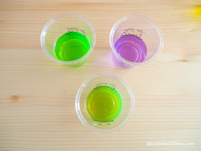 入浴剤で色水あそび 緑と紫を混ぜる