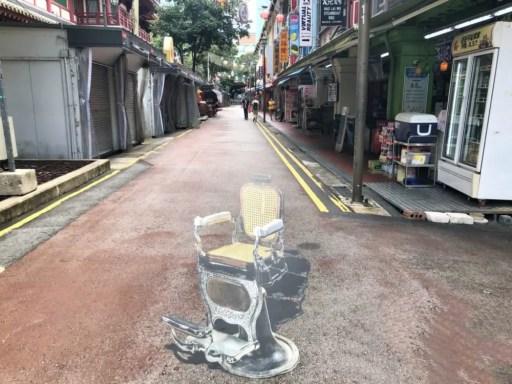 チャイナタウンに描かれた椅子