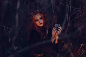 Halloween_frau_Glaspexels-photo-212410