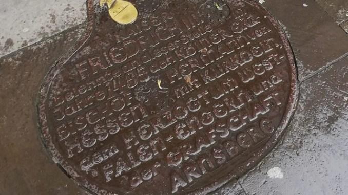 Eine ungewöhnliche Bodenplatte am Alter Markt