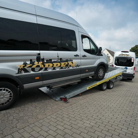 Autotransporter-mit-Bus