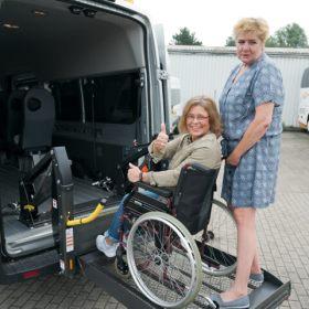 Rollstuhl-mit-zwei-Frauen