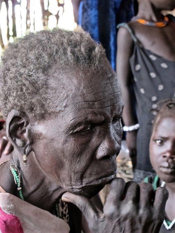 de oude vrouw Nyaruch Kuon(Foto Johannes Dieterich)