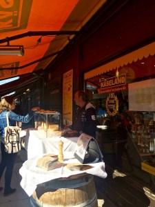 Hardy Lohs lässt vor dem Käseland am Naschmarkt vier Sorten Käse der Sennerei Huban verkosten