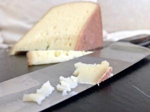 Ein Stück von der Käsesorte Seppler vom Mooshof Greber in Schwarzenberg im Bregenzerwald in Vorarlberg