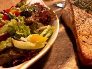 Lachsfilet vom Jospergrill mit Salat im Restaurant Klein Steiermark