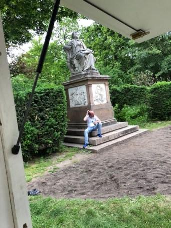 Hardy Lohs legt beim Franz Schubert Denkmal im Stadtpark in Wien eine Pause ein