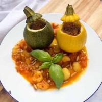 Sommerliches Abendessen - gefüllte Zucchini mit Tomatensauce