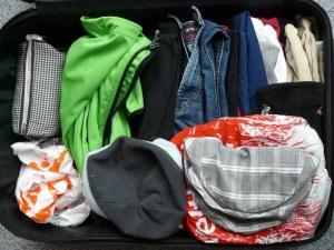 Gepäck in gepacktem, offenem Koffer
