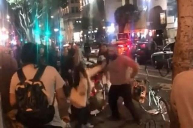 E tmerrshme! I Rrahi dy vajza para një klubi nate dhe shikoni se si u përgjigjën kalimtarët (VIDEO)