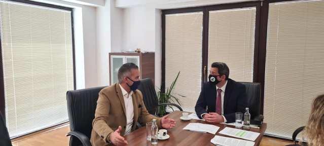 Ministri Nuredini takoi kreun e Resnjës, diskutojnë për Liqenin e Prespës