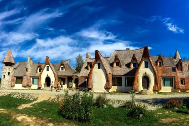 Kalaja në një luginë të vilave: Fshati simpatik rumun i krijuar si një pushim përrallor