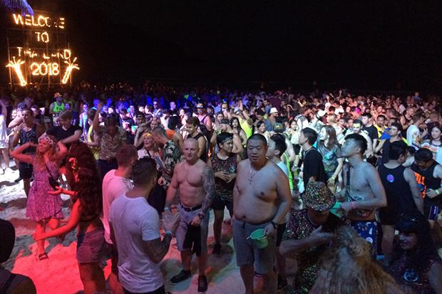 Most people know that the moon's gravitational influence has an effect on the tides on earth, but some scientists also believe that the presence of the moo most people know that the moon's gravitational influence has an effect on the tides. 30 000 Tourists Party At Koh Phangan S Infamous Full Moon Party Koh Phangan Island News
