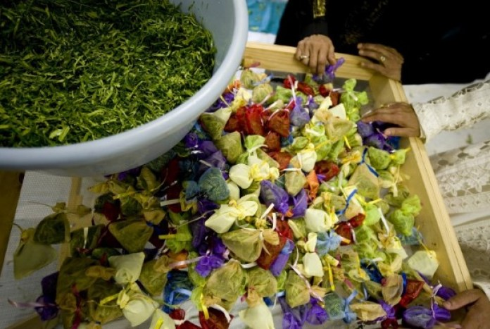 The ceremony of Rampies-sny involves cutting lemon and orange leaves, soaking them in rose and lemon water and packing them in small sachets to be gifted to the men in the South African community. (Getty Images)