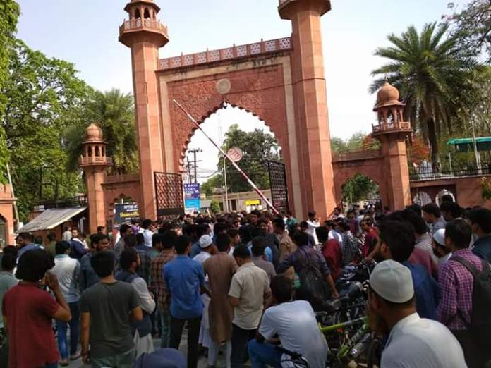 amu students protest against members of saffron outfit who were trying to entre amu on 02 may 2018. photo @amujournal
