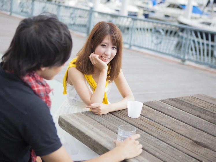 美人の彼女とのデートをたのしむ男性