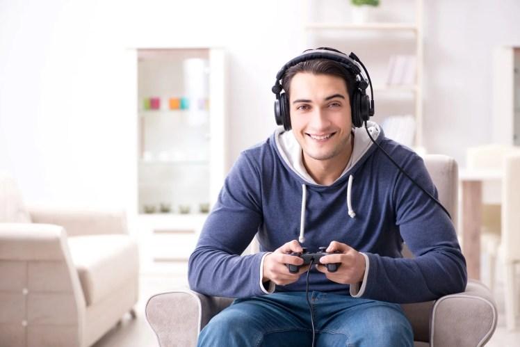 オンラインゲームを楽しむ人