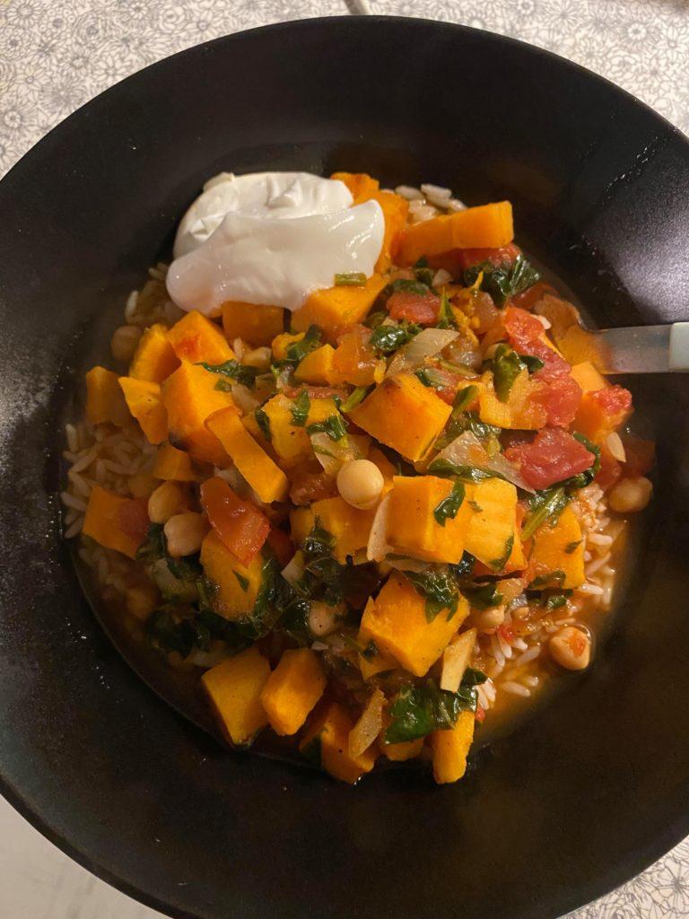 Suppe med søtpotet, kikerter og spinat.