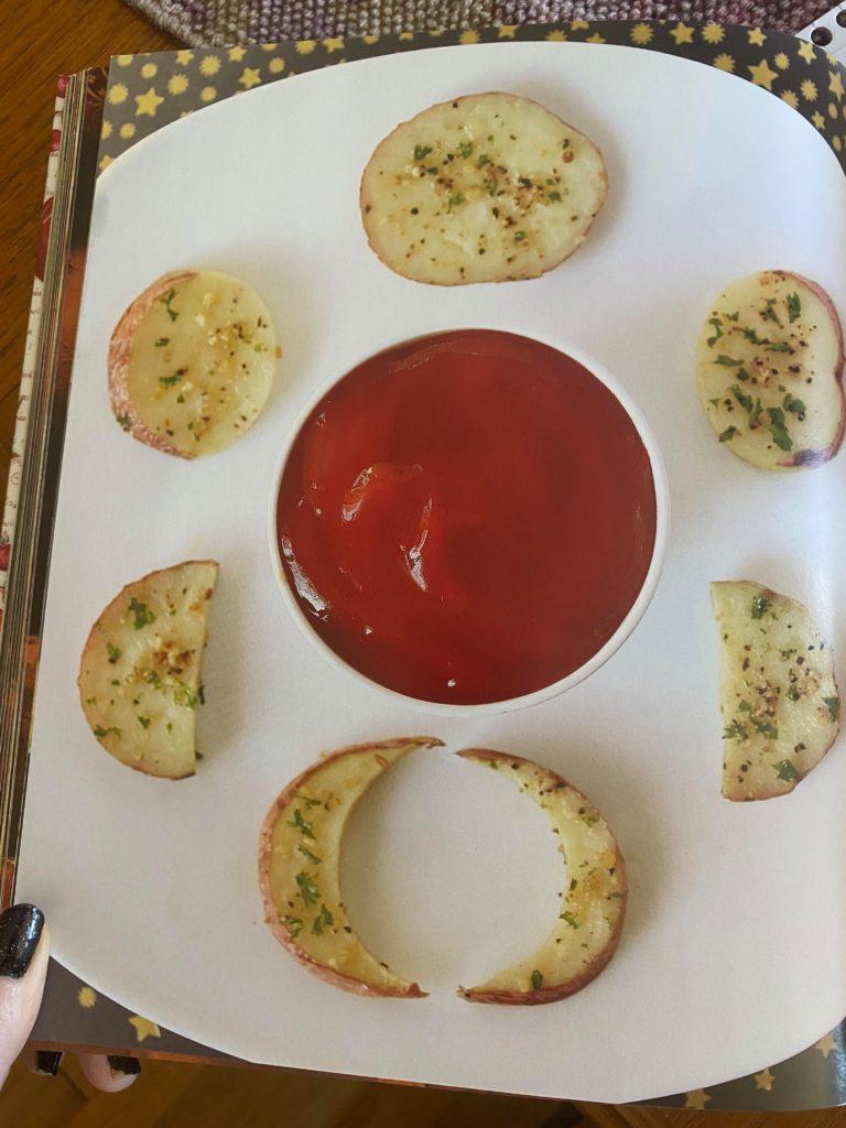 Måneformede poteter med ketchup.