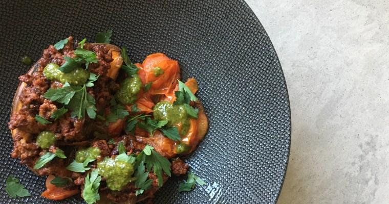 Gepofte zoete aardappel met gegrilde ui en chimichurri