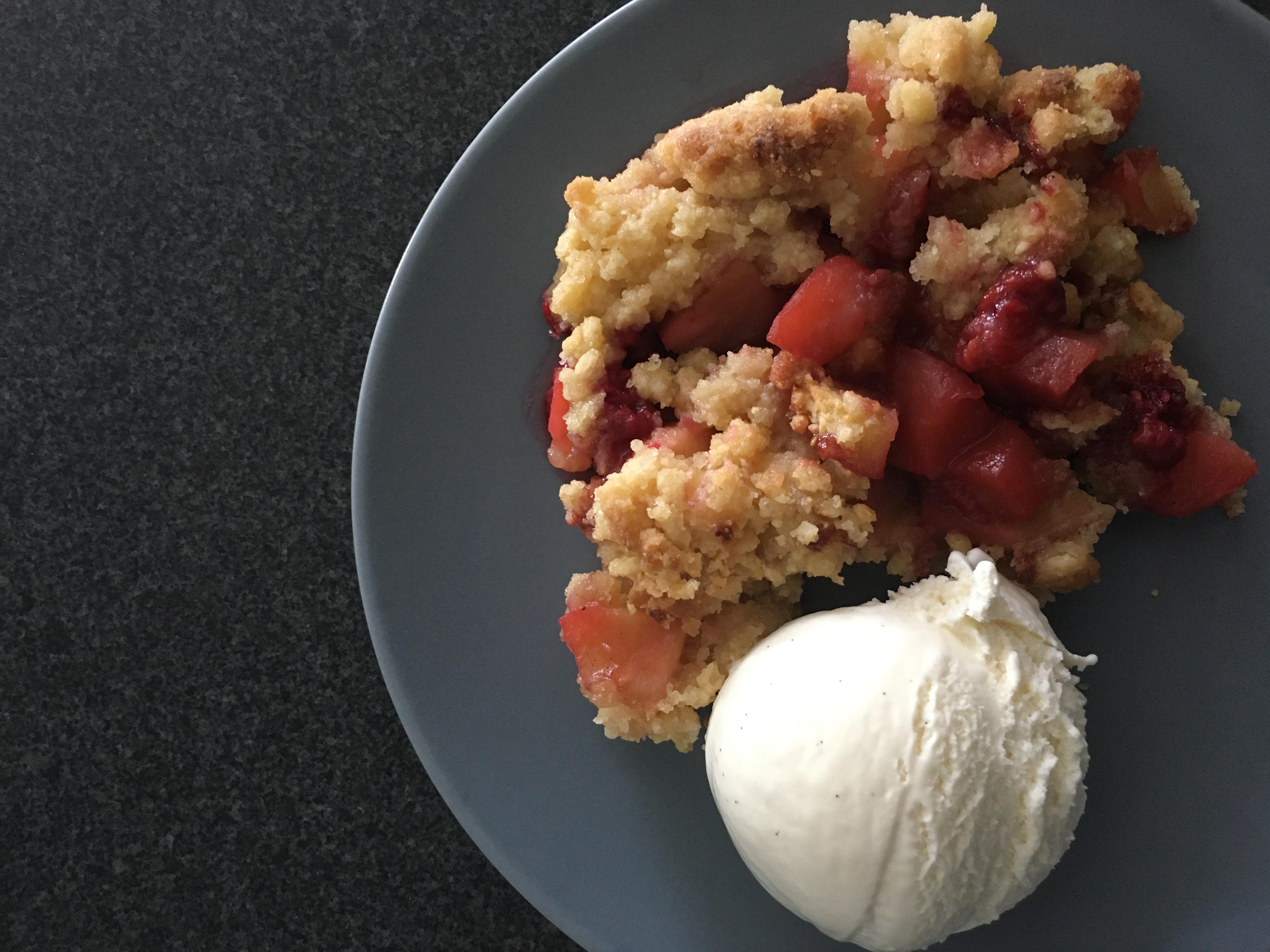 Appel-frambozen crumble met amandelen