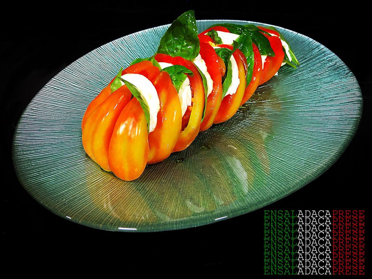 Ensalada caprese contra la pasta y la cocina clásica italiana