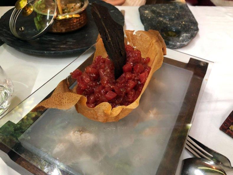 Lamina de carbón vegetal acompañando a un tartar de atún.